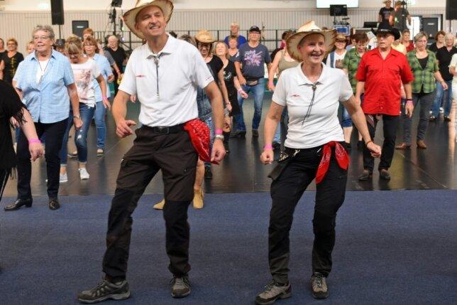 Ein dreitägiges Line-Dance-Spektakel ist in der Schwanenteichsporthalle Mittweida übers Parkett gegangen. Organisiert von den hiesigen Tänzern, folgten mehr als 300 Akteure aus knapp 20 Line-Dance-Interessengemeinschaften - darunter aus Berlin, Potsdam, Weimar und Gera - der Einladung. Neben den Gastgebern wussten auch Teilnehmer aus Mittelsachsen mit Schrittkombinationen zu überzeugen. So etwa Dirk und Sylvia Kunze (mit weißen Hemden und Hüten) von der Gruppe Red Stone aus Rochlitz.