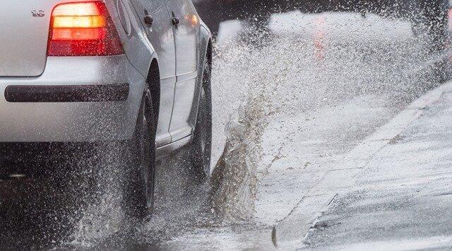 Regen auf der Fahrbahn hat auf der A 72 im Vogtland zu zwei Unfällen geführt (Symbolbild).