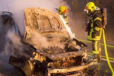Ein Pkw-Brand, egal um welche Antriebsform es sich dabei handelt, stellt für die Feuerwehr immer eine besondere Herausforderung dar.