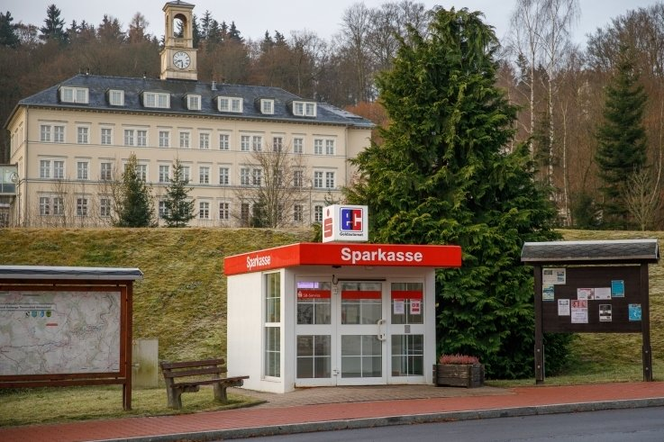 Der Sparkassenautomat an der B 101 in Thermalbad Wiesenbad soll schließen. Im Ort regt sich Widerstand. Die Aussichten auf Erfolg sind aber gering.