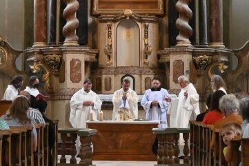 Bischof Monsignore Tomáš Holub aus Pilsen (Mitte) feierte die Heilige Messe.
