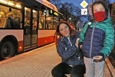 Miriam Hanisch hat ihrem Sohn Niklas wie jeden Tag morgens 1,40 Euro für den Busfahrschein gegeben, weil er kein Schülerticket bekommt.
