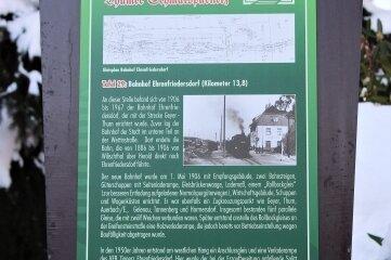 Eine der Hinweistafeln steht am Ehrenfriedersdorfer Bahnhof.