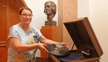 Barbara Markowitz lässt die Platten vorsichtig auf dem Teller ab.