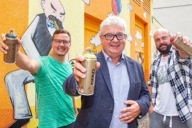 Sie bieten Sprayern ein Bündnis für Buntes an: Die freischaffenden Graffiti-Künstler Andre Wolf (links) und Nico Roth (rechts) sowie Präventionskoordinator Frank Zabel. Für Graffiti soll es mehr legale Flächen geben, um illegale Werke einzudämmen.