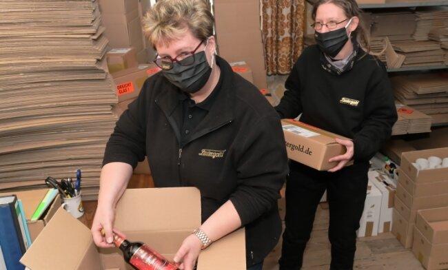 Jana Haupt (links) und Anja Teubert haben dieser Tage bei Lautergold im Versand alle Hände voll zu tun.