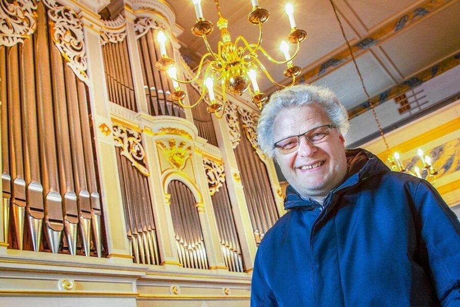 Kantor Ekkehard Hübler vor der großen Bärmig-Orgel in der Georgenkirche in Flöha. Er hofft, dass die musikalische Arbeit bald wieder aufgenommen werden kann.