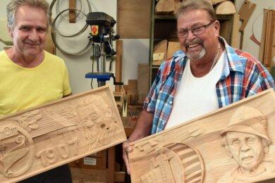 Am Projekt wirken auch die Schnitzer aus Geyer mit. Helmut Müller (links) hat Emil Fink, den Begründer des Hammerbundes, dargestellt. Hans Roscher widmet seine Arbeit dem legendären Hammerhansel .
