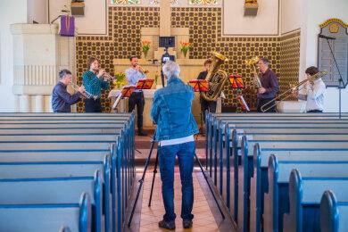 Jörg Vogel hat vor Ostern an insgesamt zwei Tagen ehrenamtlich einen 45-minütigen Gottesdienst in der Kirche in Adorf/Erzgebirge aufgenommen. Der Videoclip wird zum Ostersonntag auf YouTube hochgeladen.
