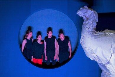 """""""Der Elefant im Raum"""" mit Lisa Mattiuzzo, Maja Grahnert, Morris Weckherlin und Gabriel Tauber (von links)."""
