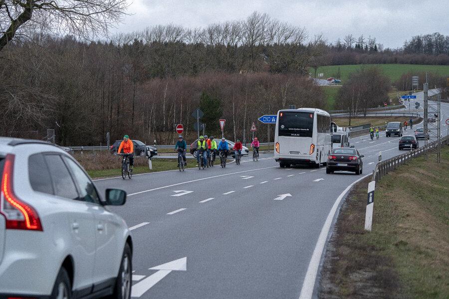 Gefahr Autobahnbrücke in Treuen: Bürgerinitiative erregt mit Rundfahrt Aufmerksamkeit