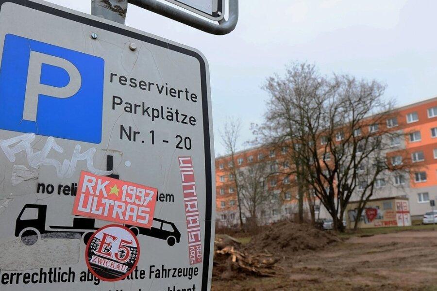 18 Jahre nach dem Abriss zweier Blöcke an der Komarowstraße wird dort wieder gebaut - mit Folgen für die Parkplätze.