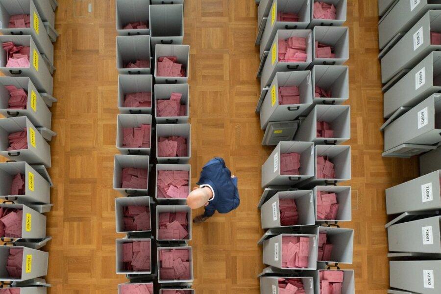 Der Dresdner Kreiswahlleiter Markus Blocher inspiziert in der Wahlbehörde Kartons mit Wahlbriefen. Vor dem Hintergrund der Coronapandemie nutzen in diesem Jahr besonders viele Sachsen die Briefwahl.