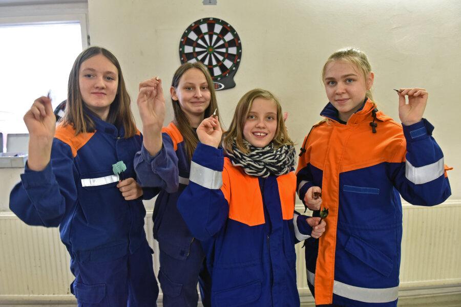 Wingendorf schickte seine Mädchenmannschaft zum Wettkampf um den Dart-Wanderpokal. Hier in Breitenau in Aktion: Jasmin Weiß, Synchia Eckelmann, Linda Rostig und Maria Steiner (von links).