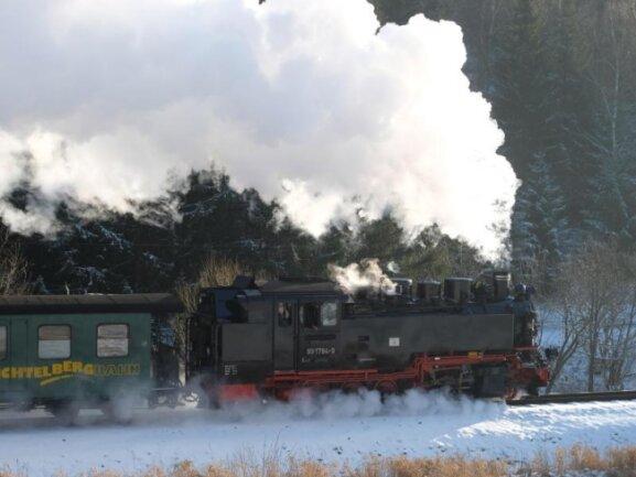 Die Fichtelbergbahn fährt in Richtung Oberwiesenthal.