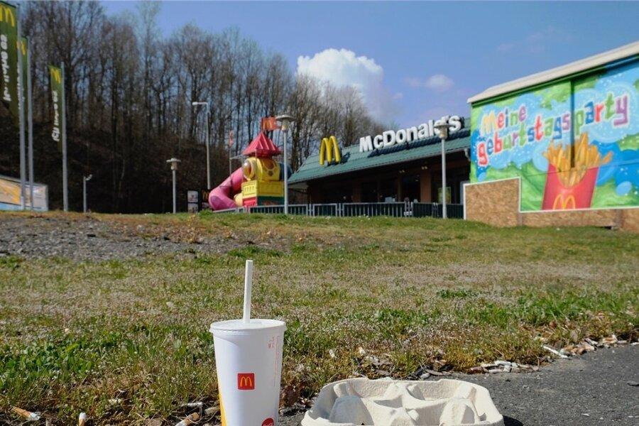 Das große gelbe M lässt keinen Zweifel daran, woher dieser Getränkebecher stammt. Bei dem grauen Pappbehälter daneben deutet der Fundort ebenfalls auf McDonalds in Reichenbach hin.