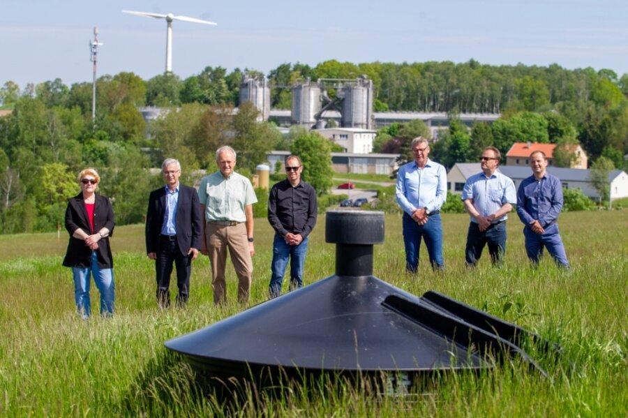 Die an der Sanierung der Deponie Zobes beteiligten Partner freuen sich über grünen Strom. Gas, das unter der Deponieabdeckung entsteht, wird in Gasbrunnen (vorne im Bild) gesammelt und zur Biogasanlage eines privaten Betreibers geleitet. Dort entsteht daraus Strom.