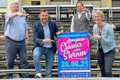 """Veranstalter Matthias Krauß und Theater-Geschäftsführerin Sandra Kaiser präsentieren das Plakat für """"Classics unter Sternen"""" 2021."""