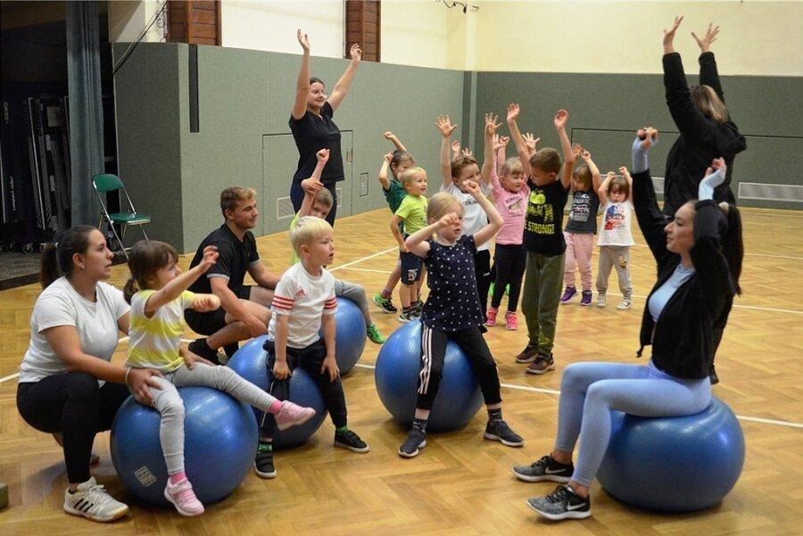 Viel Spaß hatten alle - Kinder, Eltern und Vorturner - beim ersten Training in der Turnhalle Schreiersgrün.