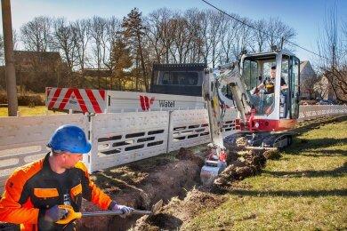 Mitarbeiter der lettischen Firma Watel schachteten am Dienstag den Kabelkanal entlang der Straße Zum Goldenen Stern im Oederaner Ortsteil Memmendorf. Die Strecke ist nur für den Linienverkehr und für Betriebs- und Versorgungsdienste freigegeben.