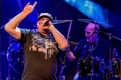 """Nach dem gefeierten Auftritt beim Art-Rock-Festival 2020 soll The Chris Slade Timeline, im Bild Sänger Paul """"Bun"""" Davis und Schlagzeuger Chris Slade, im Juli unter freiem Himmel in Reichenbach zu erleben sein."""