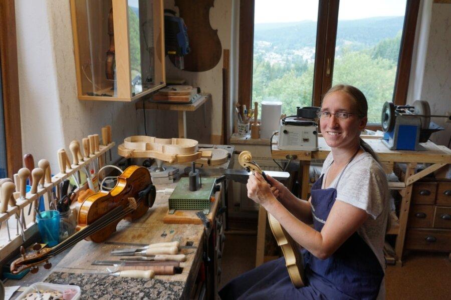 Martina Piesendel hat ihre Werkstatt hoch über den Dächern Klingenthals - und mit einem Ausblick bis zu densanierten Bergbauhalden am Schneckenstein.