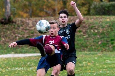Tommy Mlynek (v.) und die Peniger A-Junioren gewannen ihr erstes Heimspiel nach dem Aufstieg in die Landesklasse.