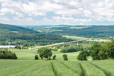 Links Falkenau, rechts Flöha, in der Mitte eine große Brücke. Etwa so könnte es aussehen, wenn der zweite Streckenabschnitt der Ortsumfahrung der Bundesstraße 173 gebaut worden ist. Die Bauart der Brücke wurde in dieser Montage einer Visualisierung des Sächsischen Verkehrsministeriums nachempfunden.