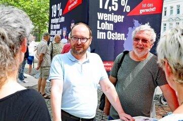 """Linken-Landtagsabgeordneter Nico Brünler (l.) und Jürgen Schunn, Chef des Ortsvereins der Linken, auf """"Gerechtigkeitstour"""" in Crimmitschau."""