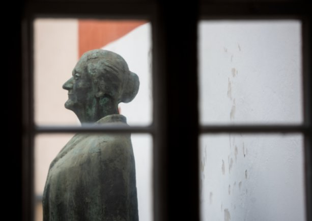 Eine Bronzestatue Clara Zetkins (1857-1933) in Wiederau. In dem Haus verbrachte Zetkin ihre ersten Lebensjahre.