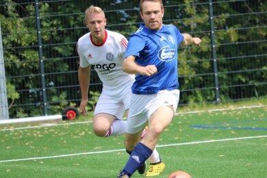 Eintracht Erdmannsdorf/Augustusburg stellt wieder eine Männermannschaft in der Fußball-Kreisklasse. Aktuell müssen sich die Spieler, wie hier Gerhard Wächtler, aber enorm strecken, um an den Ball zu kommen.