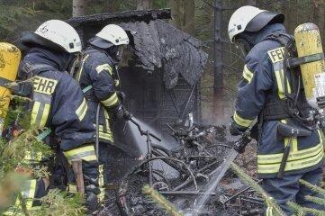 Das Feuer hatte gedroht, auf einen Bungalow überzugreifen. Es wurde schnell unter Kontrolle gebracht.