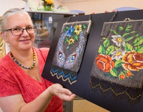 Aus ihrer Sammlung zeigt Bettina Levin auch diese beiden typischen Perltaschen, die in Webtechnik hergestellt wurden.