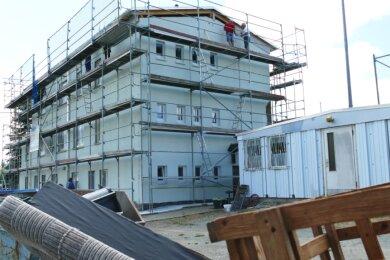 Seit Wochen ist das Drebacher Sportlerheim mit einem großen Gerüst eingedeckt, denn nicht nur innen legen die Fußballer des FV Krokusblüte Hand an, sondern auch am Dach sowie an der Fassade.