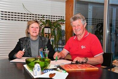 Vereinsvorsitzende Grit Adling und Vorstandsmitglied Peter Hartwig haben nun beim Motorrad Grand Prix Pause.