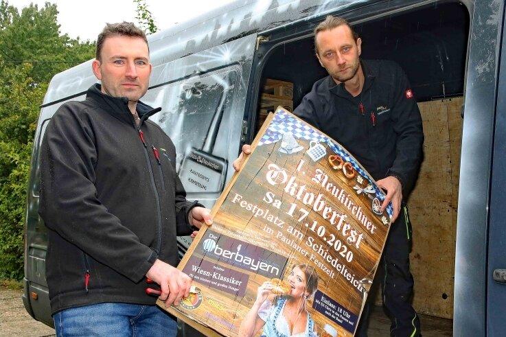 Nico Weiprecht (links) und René Görner vom Discoclub Neukirchen mussten die Werbeplakate für das Oktoberfest wieder entfernen.