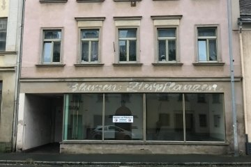 Wurde der Bank angeboten: das frühere Blumengeschäft am Heppeplatz in Oelsnitz.