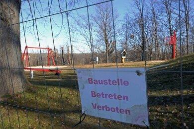 Obwohl hier alles neu gemacht wurde, darf weiterhin nicht gespielt werden - aus Sicherheitsgründen ist der Spielplatz gesperrt.