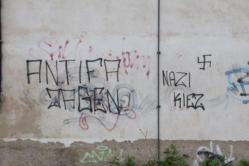 Ist Wilkau-Haßlau ein Nazi-Kiez, wie es diese Schmiererei suggeriert, die Unbekannte im Mai unweit des Marktes angebracht haben? Die Polizei hat Anfang des Jahres in dem Bereich verstärkt Jugendliche kontrolliert.