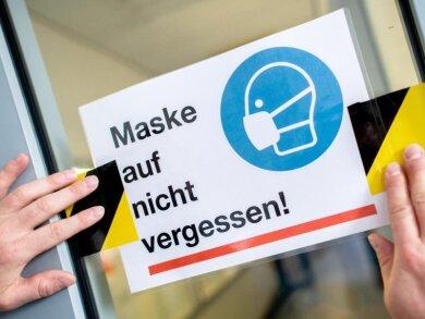 In Schulen und im Schulbus gilt: Maske auf.