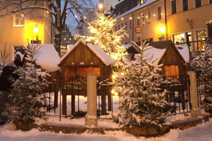 Auf dem abgedeckten Brunnen an der Oberen Schlossstraße in Schwarzenberg stehen die Märchenhäuser. Dort standen sie allerdings nicht immer. Eine Aufnahme mit Schnee aus dem Jahr 2017.