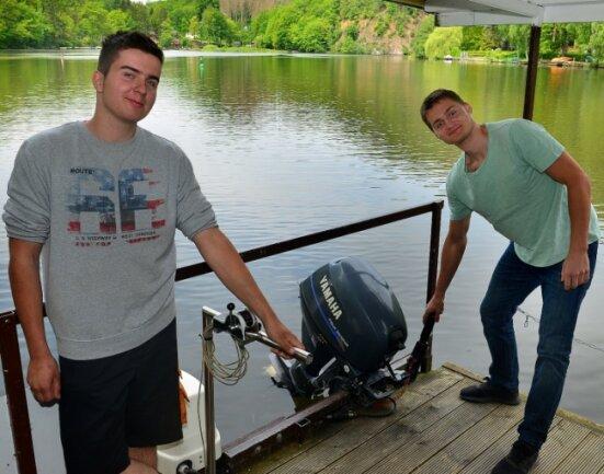 Leon Rudolph (l.) steuert das Floß mit dem Elektromotor, Kornelije Juric zeigt den Benzinmotor, der nur für Notfälle gedacht ist.