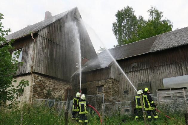 Dachboden von Wohnhaus brennt - Feuerwehrmann leicht verletzt