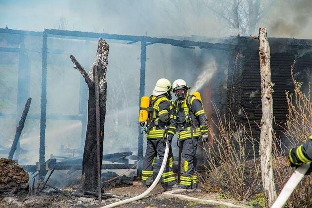 Die Feuerwehr löscht den Gartenlaubenbrand in Thalheim.