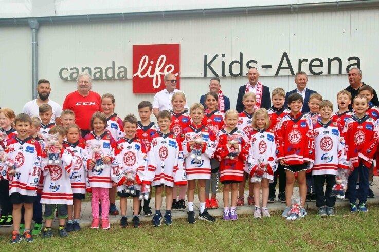 """Ein Jahr nach dem ersten Spatenstich für die Trainingseishalle im Sahnpark wurde nun vor wenigen Tagen der Namenszug der """"Canada-Life-Kids-Arena"""" enthüllt."""