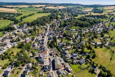 Eine Ansicht auf das Spielzeugdorf am Fuße des Schwartenbergs. Eine Einsicht wiederum gibt Kämmerer Michael Labuske zu Seiffens finanzieller Situation. Und die lässt hoffen.
