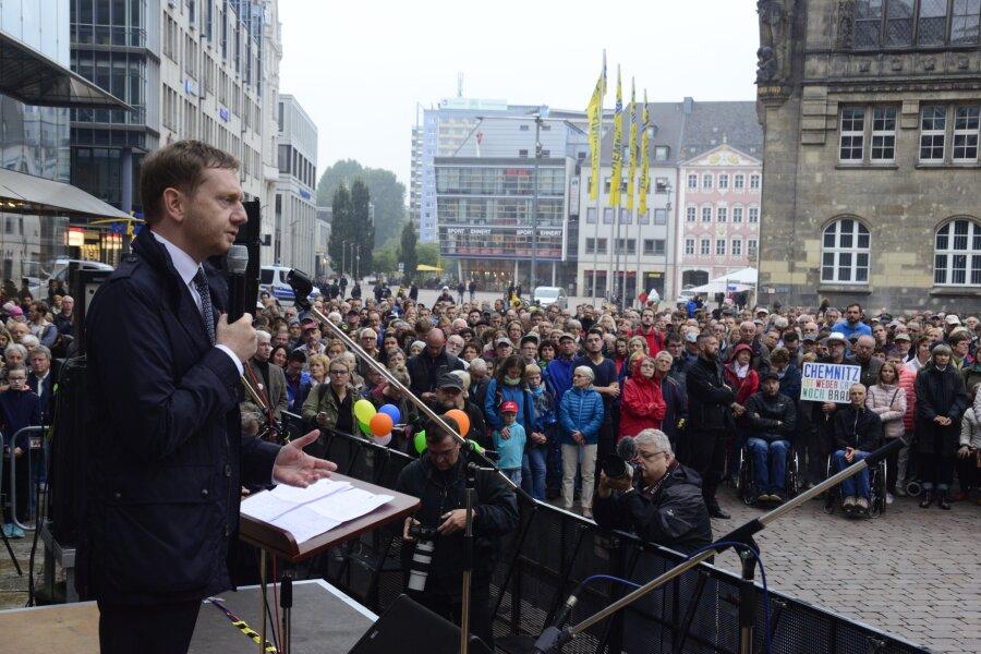 Sachsens Ministerpräsident Kretschmer spricht auf der Kundgebung der Chemnitzer Evangelischen Kirchen.