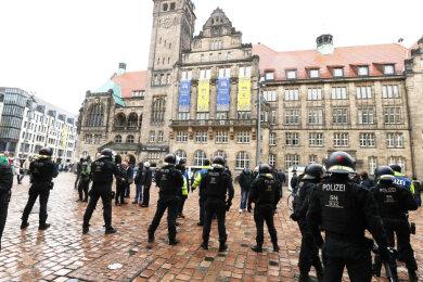 Polizisten sperren den Neumarkt.