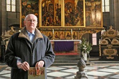 Michael Kühn mit dem Wolgemut Altar in groß und in klein. Die Karte ist ein Geschenk für Spender.