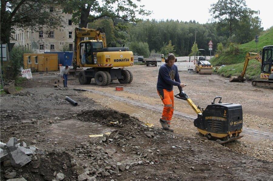 Mit einer Rüttelplatte wird derzeit der Frostschutz auf B 180 in Erdmannsdorf verdichtet. Das Landesamt für Straßenbau und Verkehr kündigt nun eine Winterpause auf der Baustelle an.